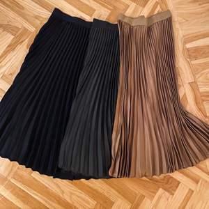 Säljer mina plisserade kjolar! Svart (strl M), beige (strl M) samt mörkgrön (strl 40). Mörkgröna använd sparsamt antal gånger. Svarta o beige oanvända. 100 kr styck eller 250 för alla tre ♥️