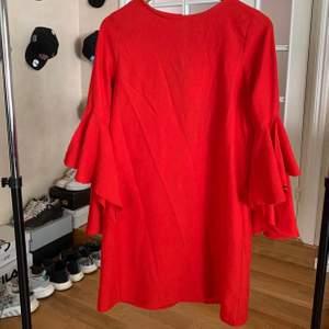 Röd klänning med volangärm från zara! Sparsamt använd och såå snygg. Frakten är spårbar 🥰