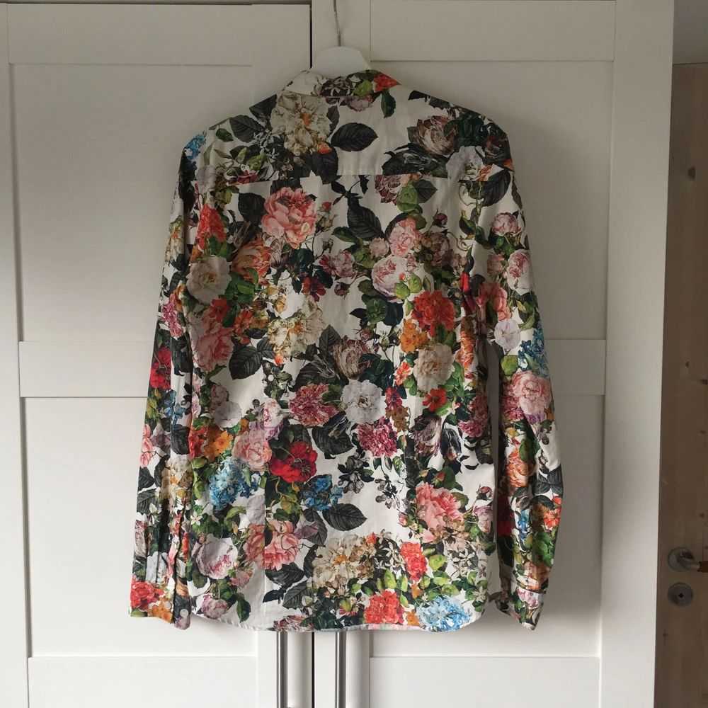 Used only once, flowery stylish shirt from WHYRED. Skjortor.