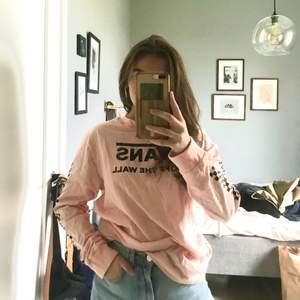 aldrig använt, därav att priset är liite högt (men det kan diskuteras). en oversized tröja i en ljusrosa urtvättad färg! storlek M, köptes för 350kr på junkyard