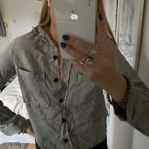 Ljusgrå/grön skjorta från Zara, jöttefin och bara använd några få gånger.