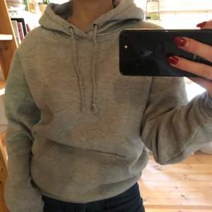 Grå hoodie från bikbok