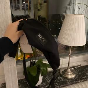 Svart väska från HXTN aldrig använd!!                                      Bud från 75kr!