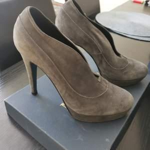 Säljer mina snygga Novita skor. Köpt för 1399 på Scorett butik i Stockholm.   Storlek 38 men passar även 38.5 utan problem.   Rök och djurfri hem   Kvitto och original paket följer med
