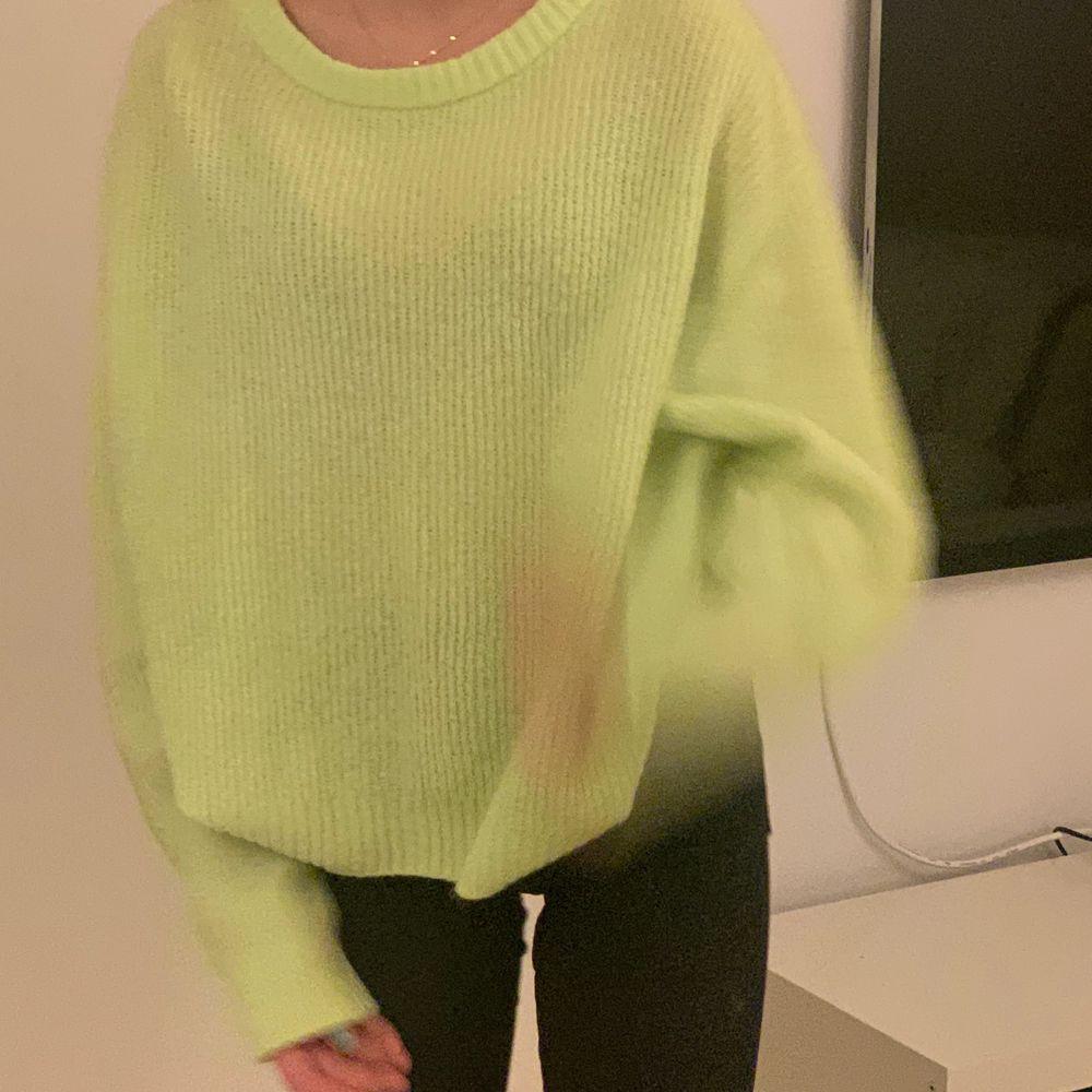 En neon gul/grön tröja!70 kr ink frakt❤️köptes för typ 200. Tröjor & Koftor.