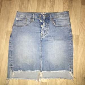 Säljer min supersnygga jeans kjol pågrund av att den inte satt som jag ville, använd en gång superfint skick, köparen står för frakt