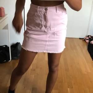 Superfin rosa jeanskjol från Nelly! Endast använd 1 gång och är därmed i mycket bra skick. Tillkommer frakt på 63kr, hör av er vid fler frågor💕
