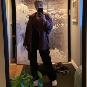 Svarta jeans från madlady! Skitsnygga perfekt passform! Säljer pga har flera svarta jeans🤗använd 2 gånger!! Storlek 34, längd 30. Har även ett par till svarta raka som jag säljer!!
