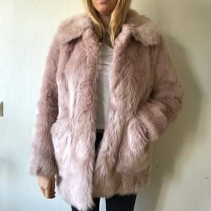 Rosa fakepäls från Urban Outfitters, inköpt förra vintern för 2000kr fortfarande i mycket bra skick. Jackan är i storlek 40 men passar mig bra som är strl S/M, blir som en kortare kappa!