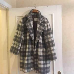 Säljer min fina kappa, köpt i höstas på POP för 700kr. Jättebra och varmt material, storleken är oklar men skulle säga att den passar på 38-40 och blir fint oversize. Men funkar nog på de flesta då den inte ska sitta tight liksom🤠