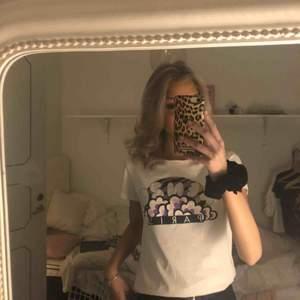 Kenzo t-shirt Storlek: M men passar mig som har xs/s använt få ggr dock en svarta små prickar från målarfärg (se sista bild) på kanten av tröjan. Syns knappast på avstånd😊 Står inte för frakt