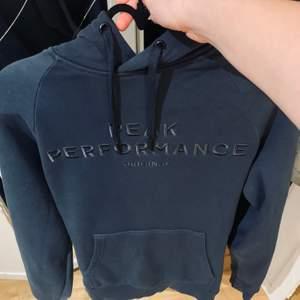Säljer min mörkblåa peak performance hoodie den är i nyskick men passar inte mig tyvär så säljer den här, nypris ca 1000 kr hör av er om ni har frågor eller vill ha fler bilder ☺️