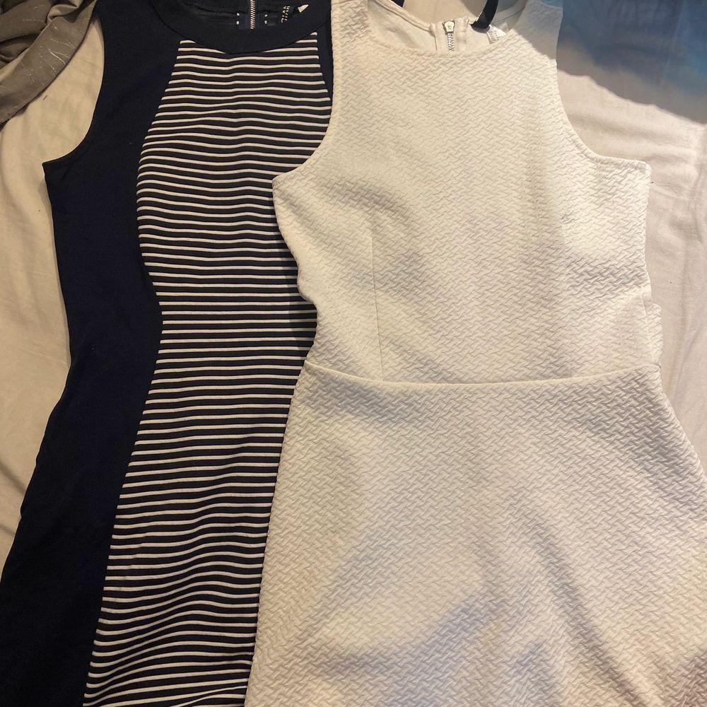Två klänningar strl 36 på blåa och 34 på vita. Hör av er för pris. Klänningar.