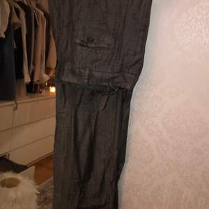 Fina  gråa kostymbyxor i glansigt skönt material
