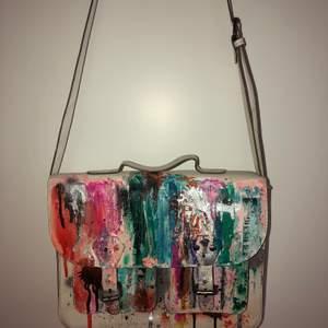 Väska i bra skick, handmålad i mestadels oljefärg plus lackad för hållbarhet. Mindre fläckar på insidan, se sista bilden.