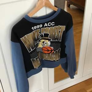En snygg tröja med tryck på, i croppad modell. Asball och köpt av ett vintage konto på ig och ÄLSKAR den säljar bara pga för liten för mig:(((
