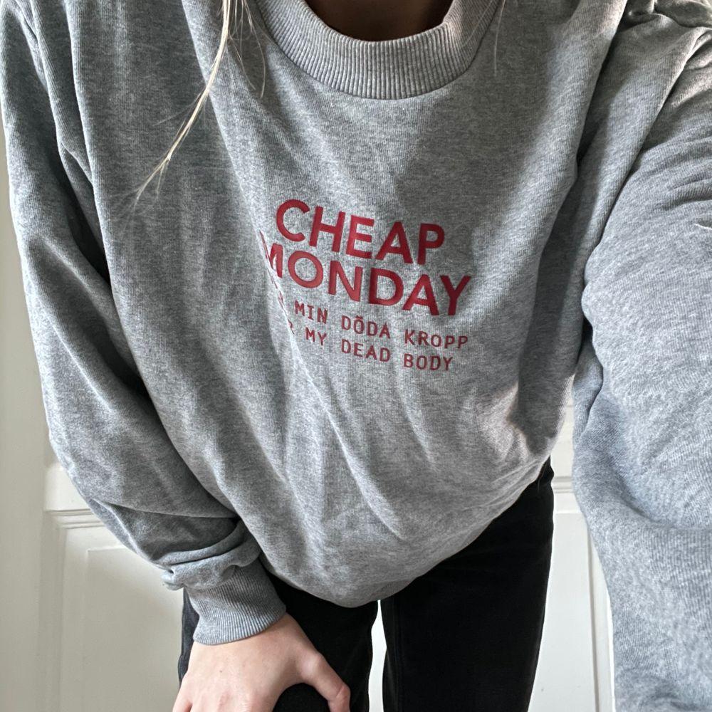 """En grå sweatshirt med rött tryck från Cheap Monday i storlek M. Tycker om denna men den används inte tyvärr. Tror jag använt den max 5 gånger. Jag upplever att den är lite mindre än en """"normal"""" storlek M. Köparen står för frakten som tillkommer 💖. Tröjor & Koftor."""