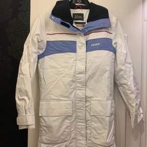 Säljer denna jacka från peak performance i storlek S för 30 kr. Kan frakta om du vill.