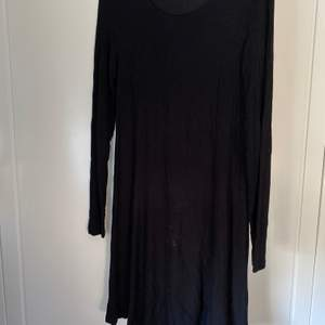 En enkel, svart, långärmad klänning i mjukt, ribbat tyg som har en go tyngd. Relativt lång, även på mig som är 1,75 slutar den precis ovanför knäna. Säljer för 75 kr, exkl. frakt som tillkommer. Tveka inte att fråga om du undrar något!