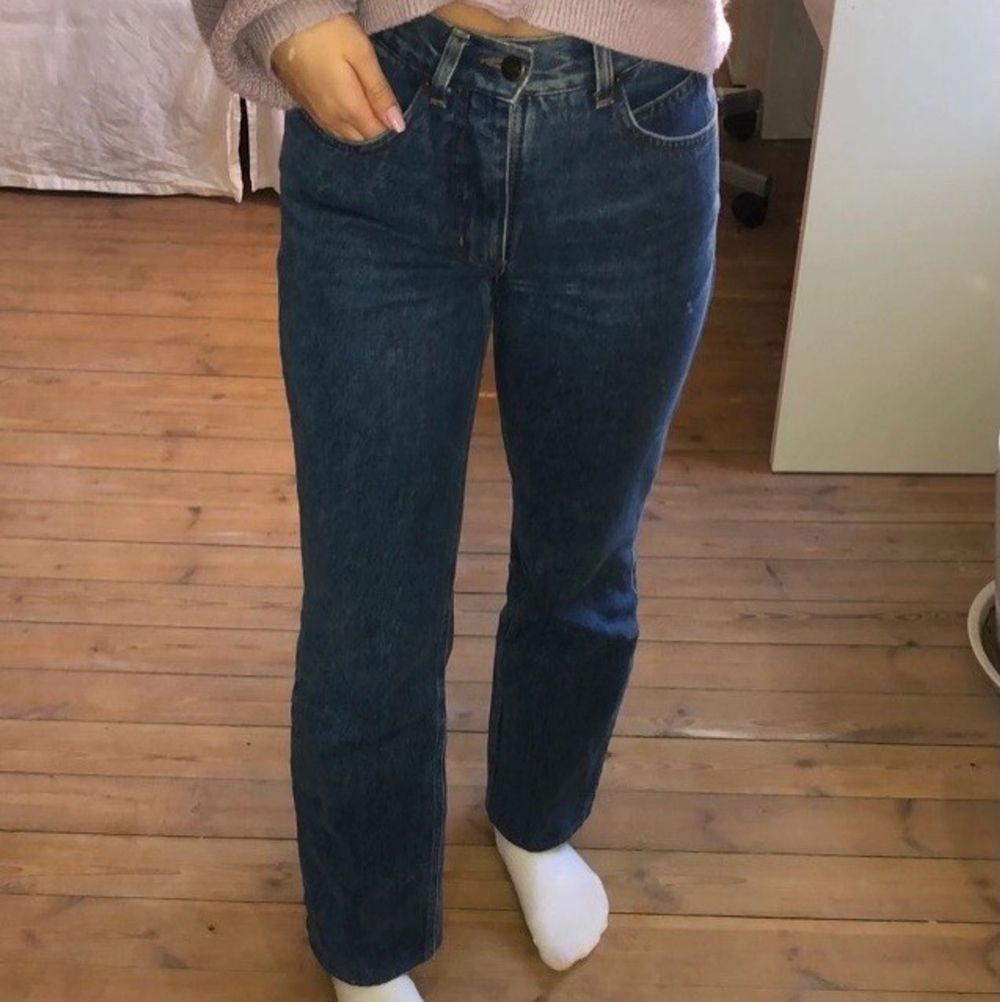 Säljer ett par snygga blåa raka jeans, då dom inte kommer till användning. Storleken står inte men skulle uppskatta den till 34. Passar bra på mig som är 164 men om man gillar jeans som är lite längre så skulle dom sitta skitfint på någon kortare!🌼 . Jeans & Byxor.