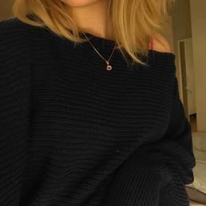 One-shoulder knitted sweater från NA-KD. Använd endast fåtal gånger. Såg nu att det hade samlats lite damm på tröjan från min spegel men den har annars inga tydliga fläckar vad jag ser. 😊
