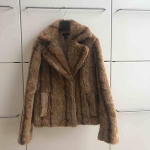 En av mina favorit jackor när de börjar bli kallt! Men har lite för många så denna får hitta en ny ägare! Riktigt stylish😍
