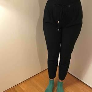 Högmidjade svarta byxor. Otroligt bekväma att använda till många tillfällen.