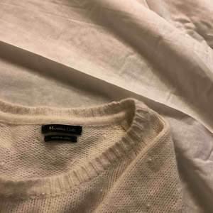 Vit stickad Massimo Dutti-tröja med små pärlor.  Skicka något i meddelanden om du vill veta något mer eller vill ha fler bilder☺️ köper står för frakt😇