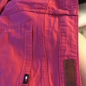 Tommy hilfiger jeans. Röd rosa jeans från Tommy Hilfiger, storlek 6. Säljs för 50kr
