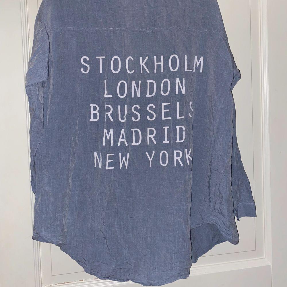 Snygg ljusblå skjorta med tryck på ryggen💎 i väldigt bra skikt som ny 💓 köparen står för frakt📦🥰. Skjortor.