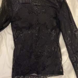 Säljer min oanvända genomskinliga tröja i strl xs. Väldigt fin och går att använda utan topp under om den sitter rätt men funkar även att ha tröja under, har både broderingar bak och fram