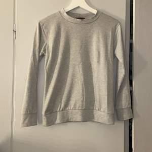 En grå tröja från Madlady. Har även tillhörande byxor om man är intresserad. Storlek XS men passar som S också. 100kr om man vill köpa både tröja och byxor, eller 60kr st + frakt 🤍