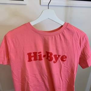 En rosa T-shirt med tyck