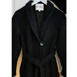 Säljer denna fina jacka som jag köpte här från Plick men som jag tyvärr måste sälja då den inte är min stil. Märke: Carin Wester. Passar på en 34 men även 36. Band och knappar finns för att binda ihop jackan