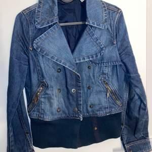Säljer denna jeansjacka i perfek blå färg från MANGO. Passar både XS och S.