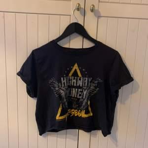 En svart/mörkgrå T-shirt med logga på framsidan. Den är i XL, men har klippt den till en magtröja. Jag är en XS och den passar mig oxå(fast lite oversized)💗 Bra skick🥰