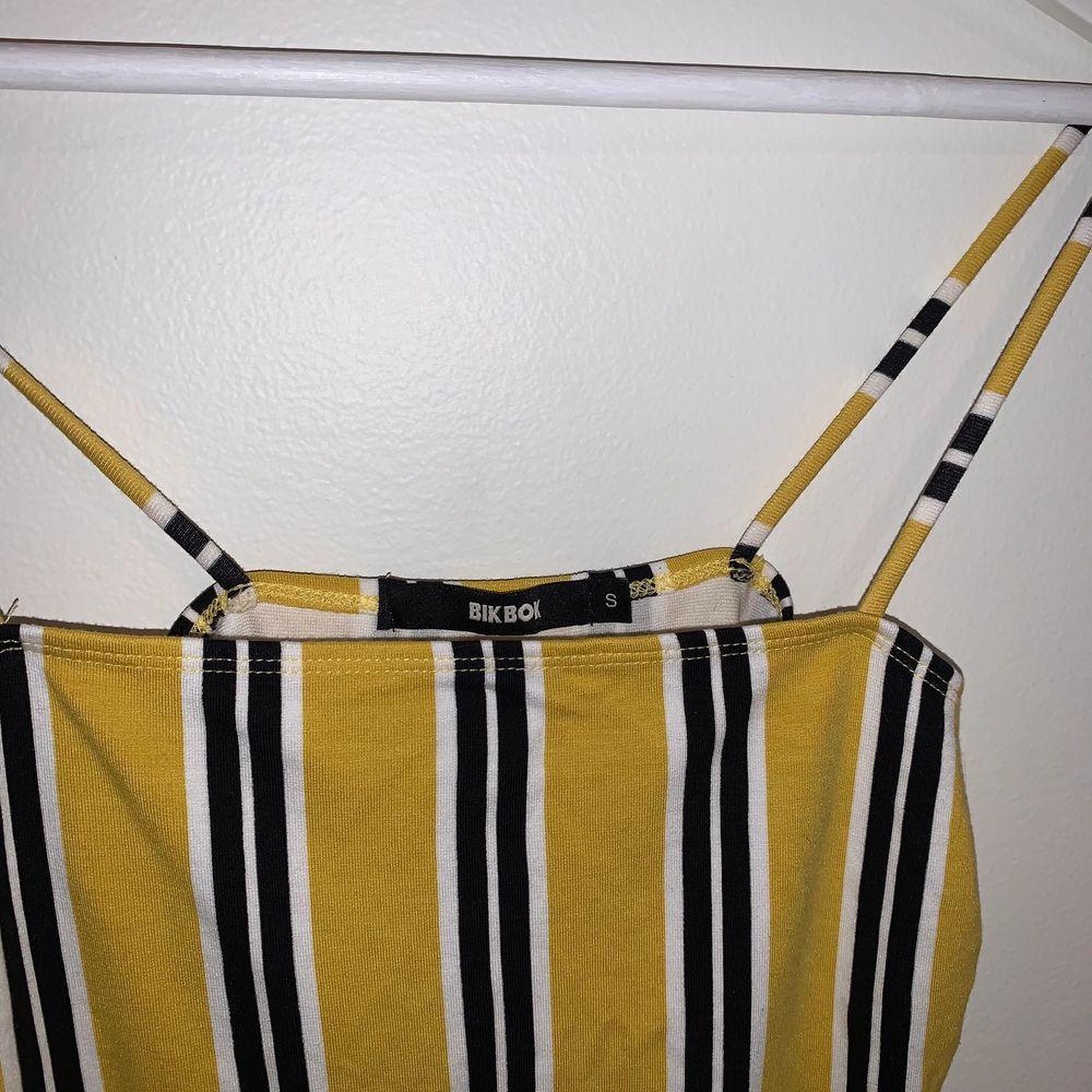 Gullig striped body från bikbok. Size S men passar M med 🌟. Toppar.
