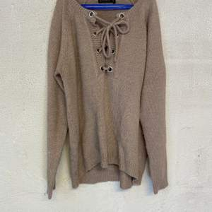 En beig/grå stickad tröja ifrån Rut & Circle. Tröjan är i fint skick och kommer i storlek S. 80kr, köparen står för frakt.