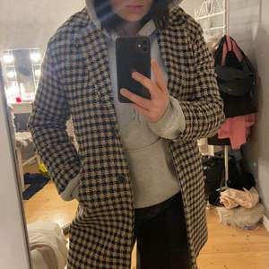 Skitsnygg rutig kappa, säljer så jag tycker den är lite liten för mig! Frakt tillkommer, pris kan diskuteras
