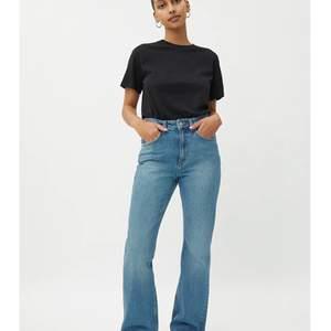 Säljer mina weekday jeans i storlek 25/30. Jättefint skick och har bara använts några gånger! I modellen Mile, utsvängda. Frakt tillkommer! Skriv gärna om ni har frågor eller är intresserade! Jag är cirka 163! Skitsnyggt wide!