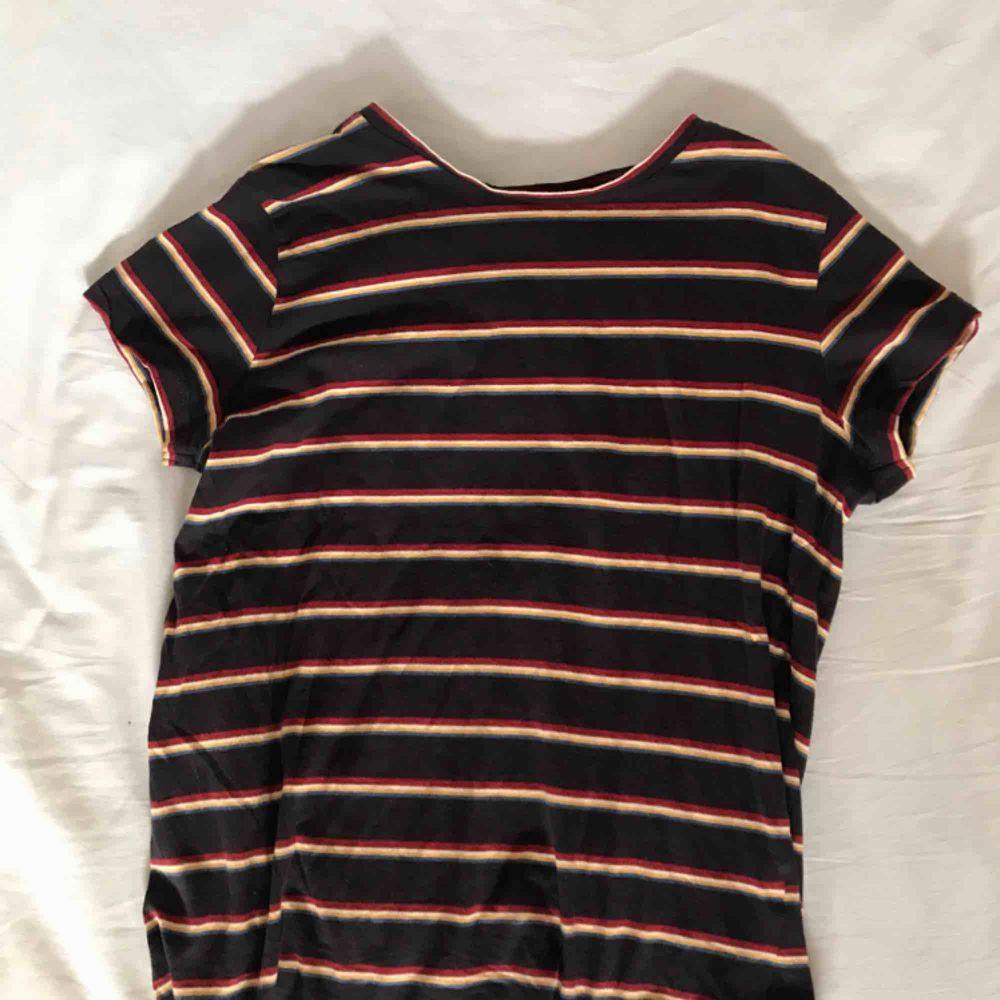 T-shirt från Pull&bear i storlek M men skulle säga att den snarare passar en S! Nästan som ny. Fraktar men fraktkostnad tillkommer . T-shirts.