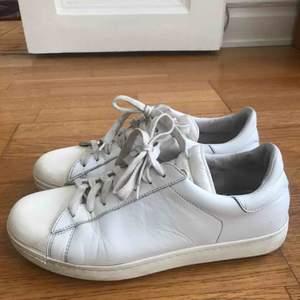 Moncler trainers i vitt läder. I använt, men bra skick.