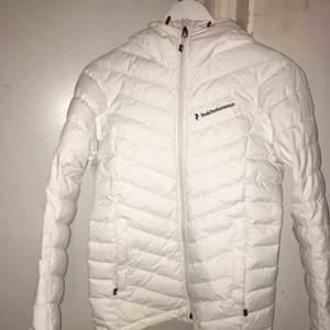 Säljer min peak performance jacka i storlek Xs köptes förra vintern för ca 2700kr (den vita modellen finns inte i butik längre inte vad jag sett iallafall) den är som ny förutom ett litet hål som knappt syns på armen, kan sy ihop hålet för 100kr extra.😊