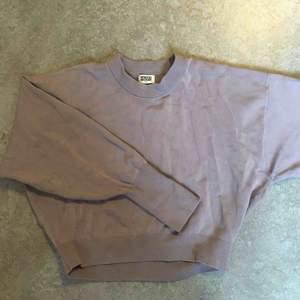 """Grålila tröja från weekday i jättesnygg modell och najs material! (Svårt att säga vad det är för material, men inte bomull i alla fall. Den är typ lite """"tung"""" i materialet eller vad man ska säga)."""
