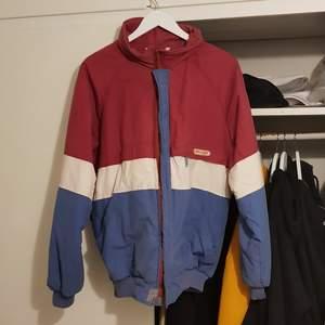 Vintage reversible Tenson jacka. Bra skick för att vara så gammal, säkert från 80-90-talet någonstans. Väldigt fin jacka med fina färger. Går att vända ut och in för att få en helt ny look.