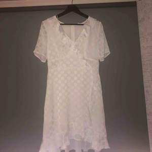 Superfin vit sommar/studentklänning från Vero Moda. Endast använd en gång så i mycket fint skick! :)