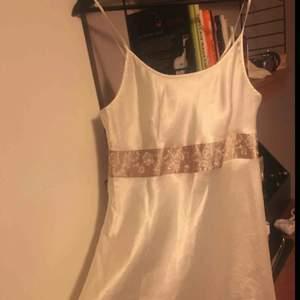 """En vit siden klänning, lite nattlinne klännings liknande men jag har haft den som """"vanligt"""" klänning.  30kr plus frakt"""