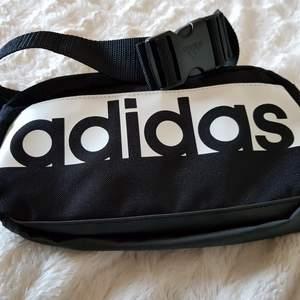 Helt nytt fannypack från Adidas, aldrig använt. Frakt ej inkluderat.