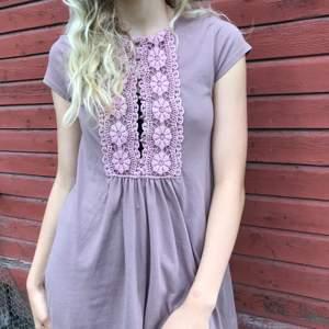 Väldigt fin vintage tröja/ T-shirt/klänning (beroende på hur lång man är). Köpt på second hand men aldrig använd. Storlek s. Frakt tillkommer ✨🛍