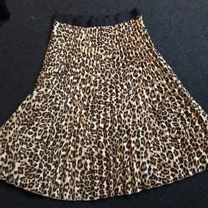 Snygg leopard kjol från H&M! Säljer då den va för stor!❤️ bra skick! Priset är ink frakt och priser kan diskuteras!❤️🔥